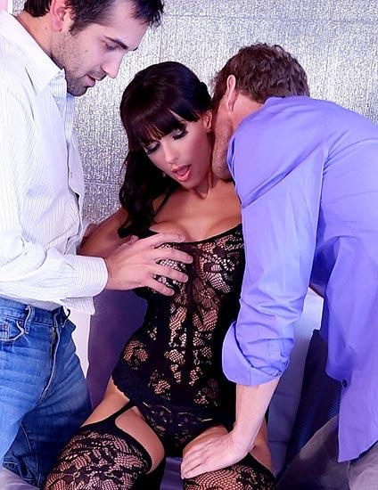 Catalina Cruz Spreading Some Love In Virtual Reality